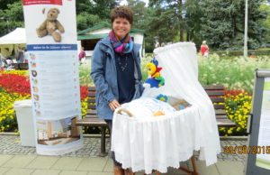 Yvonne Linke mit Stubenwagen
