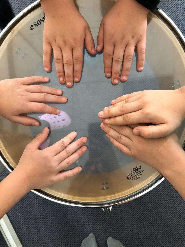 Musikgruppe - Hände auf Trommel