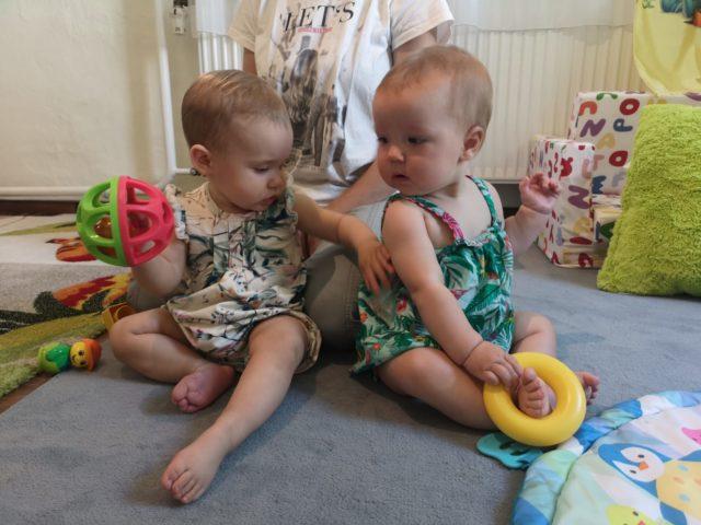 Zwei Kleinkinder in Krabbelgruppe