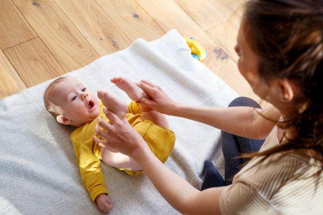 Babygymnastik - Mutter und Baby